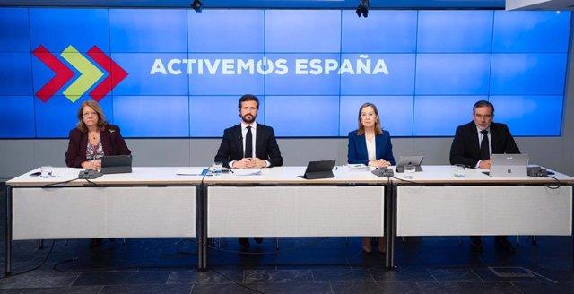 El líder del PP, Pablo Casado,  junto a Elvira Rodríguez, Ana Pastor y Enrique López que coordinarán las medidas económicas, sanitarias y jurídicas del PP en la desescalada. Madrid, 12 de mayo de 2020.