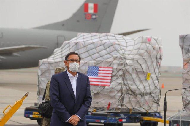 El presidente de Perú, Martín Vizcarra Martin Vizcarra, junto a los 250 respiradores donados por Estados Unidos.