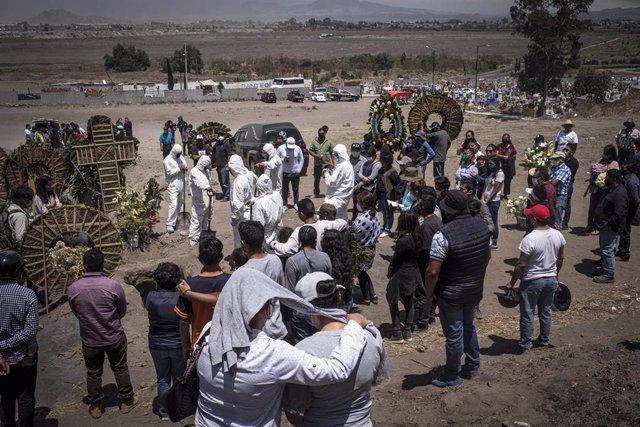 Funeral celebrado en un cementerio de la localidad de Chalco, en Estado de México.