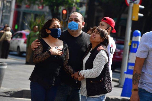 Personas en la calles tras los temblores en Ciudad de México