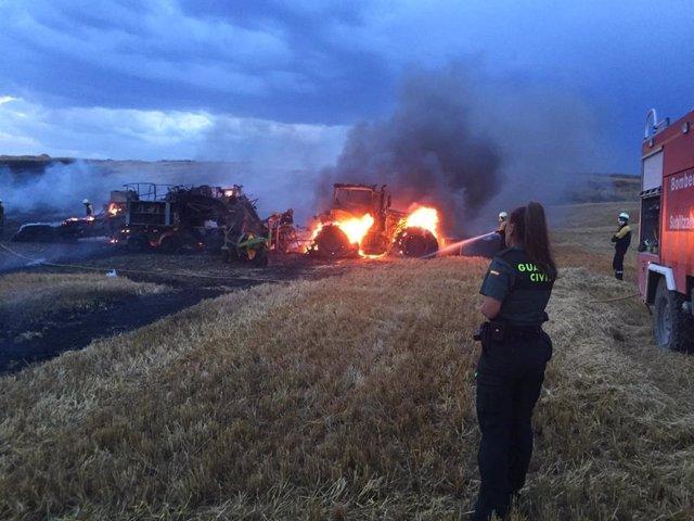 Incendio registrado en Larraga que ha calcinado un tractor y una empacadora.