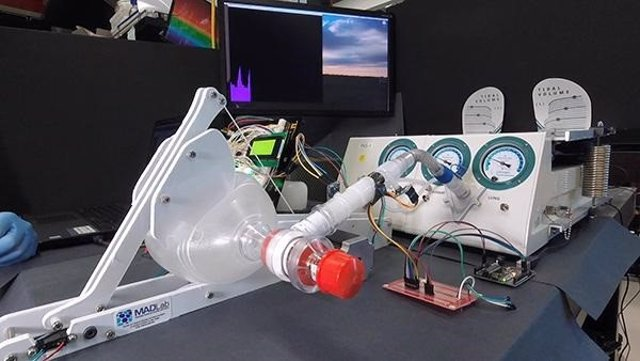 Ventilador construido alrededor de una bolsa usada por los paramédicos, que se presiona con una pala mecanizada. El ventilador fue probado en un simulador de pulmón (justo en la parte de atrás).
