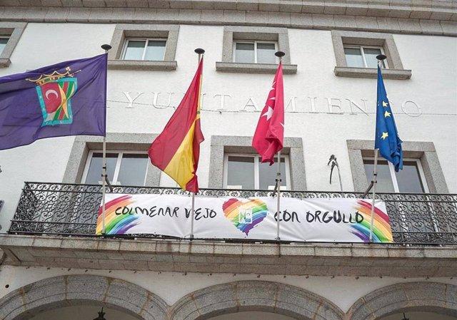 Imagen de la fachada del Ayuntamiento de Colmenar con un cartel en apoyo al Orgullo Gay.