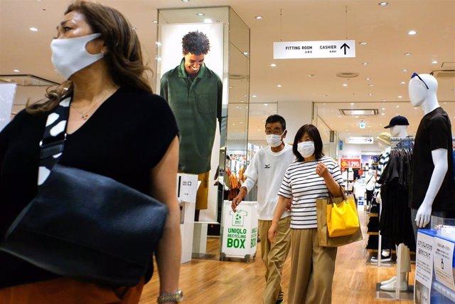 Clientes en una tienda de Tokio