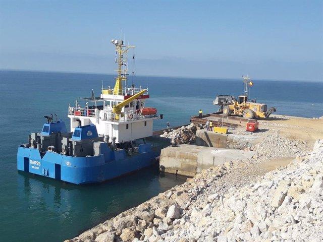 El transport marítim de pedra de Vallcarca al Port de Tarragona evita 40.000 camions