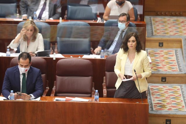 La presidenta de la Comunidad de Madrid, Isabel Díaz Ayuso y el vicepresidente de la Comunidad, Ignacio Aguado, durante una sesión plenaria en la Asamblea de Madrid