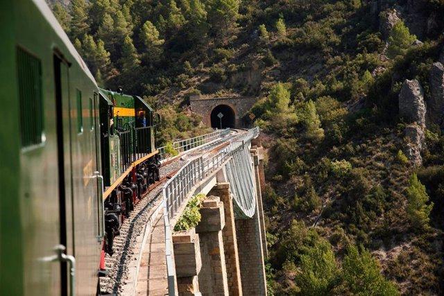 El Tren dels Llacs atraviesa 40 túneles y 58 puentes en sus 89 kilómetros de recorrido