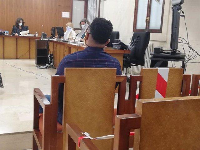 El hombre acusado de apuñalar a otro mientras dormía en Manacor, sentado en el juicio.