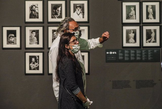 Dos personas visitan una exposición en el Institut Valencià d'Art Modern (IVAM)
