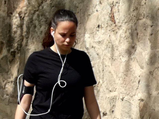 Carolina Monje, cabizbaja, paseando alrededor de su domicilio