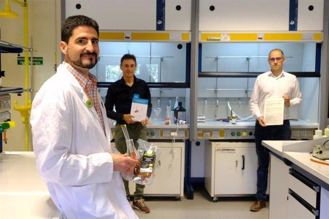 Emilio San Martín, investigador del Grupo de Química Biológica de la UR,junto a los directores de la tesis