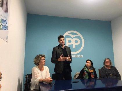 Critican que alcalde de Lanjarón participe en la Fiesta del Agua pese a su suspensión y abrazándose con vecinos