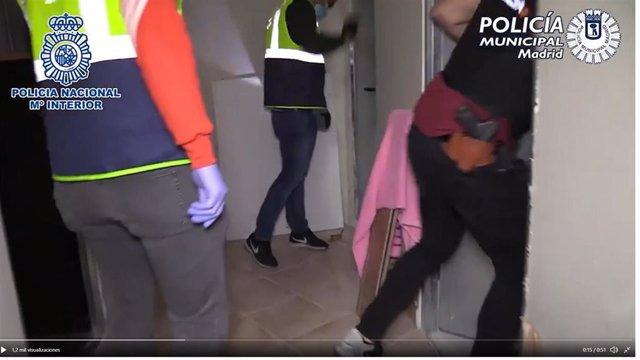 Imagen de la intervención policial para liberar a 61 inmigrantes que vivían en trasteros.