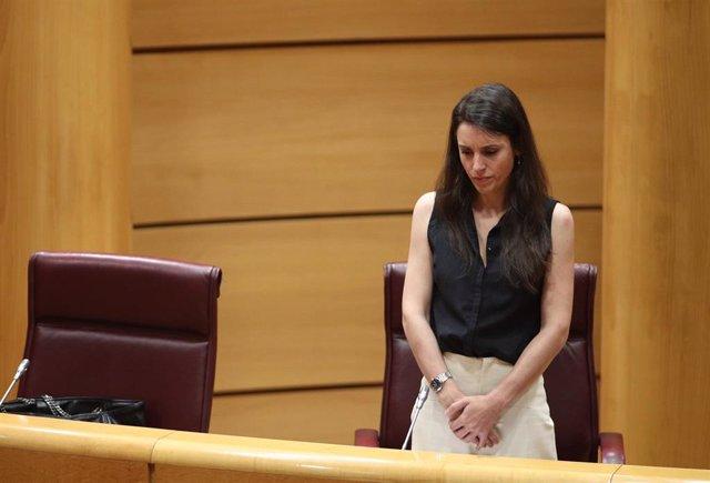La ministra de Igualdad, Irene Montero, durante un minuto de silencio en homenaje a las personas fallecidas por la crisis del Covid-19, en la comparecencia en Comisión de su departamento, en Madrid (España), a 25 de junio de 2020.