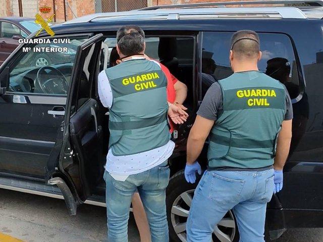Traslado del detenido acusado de estafar a empresarios agrícolas de la Vega Baja de Alicante