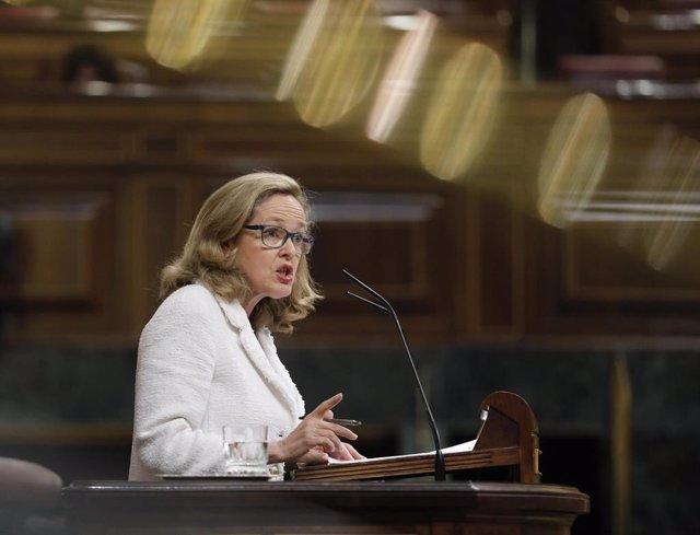 La vicepresidenta tercera del Gobierno y Ministra de Asuntos Económicos y Transformación Digital, Nadia Calviño, en la tribuna del Congreso de los Diputados.