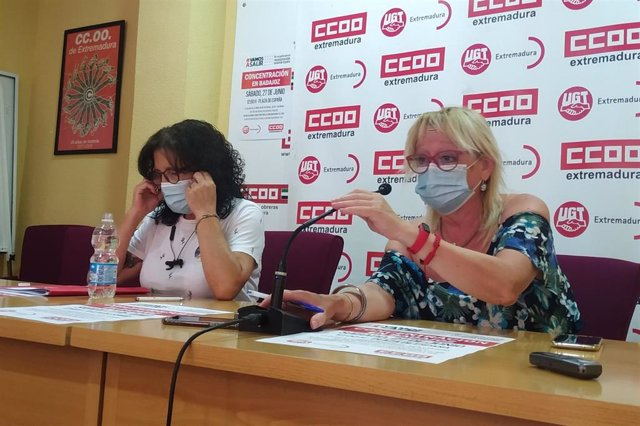 Patrocinio Sánchez y Encarna Chacón, con mascarillas, en rueda de prensa.