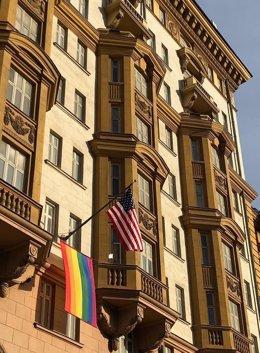 La Embajada de Estados Unidos en Rusia exhibe la bandera LGTBI