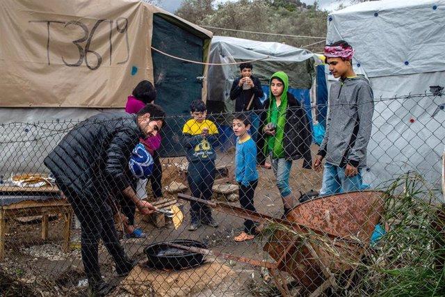 Un grupo de menores en el camopo de refugiados de Moria, en Lesbos.
