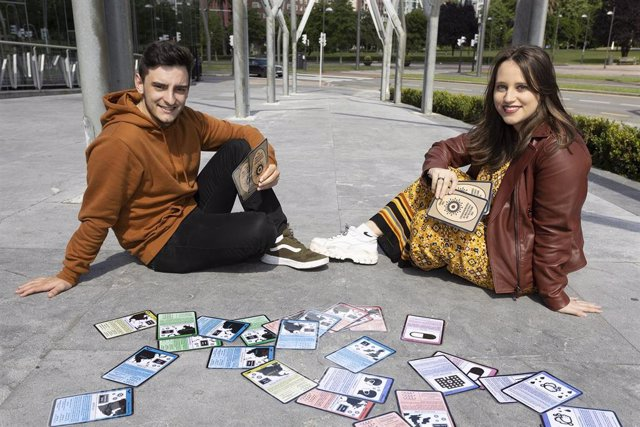 Alumnos de UPV/EHU crean un juego de cartas para explicar covid-19