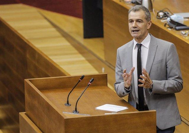El líder de Cs en la Comunitat, Toni Cantó, interviene durante una sesión de control al Consell de la Generalitat Valenciana en las Corts (archivo)
