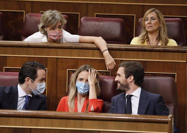 El presidente del Partido Popular, Pablo Casado, en una imagen en el Pleno del Congreso, junto a su portavoz, Cayetana Álvarez de Toledo, y más diputadas de su bancada
