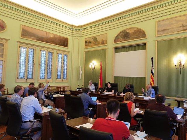Comisión de Turismo y Trabajo en el Parlament.