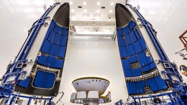 Encapsulación de la misiòn Mars 2020 en la zona de carga del cohete Atlas V