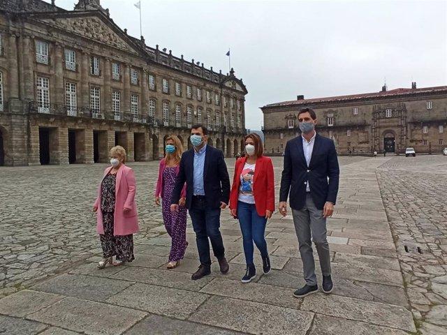 El candidato del  PSdeG a la Xunta, Gonzalo Caballero, acompañado por la número dos de la lista por portevedra, Isaura Abelairas, así como por los cabezas de lista por Ourense, Marina Ortega; Patricia Otero, Lugo; y Pablo Arangüena, A Coruña