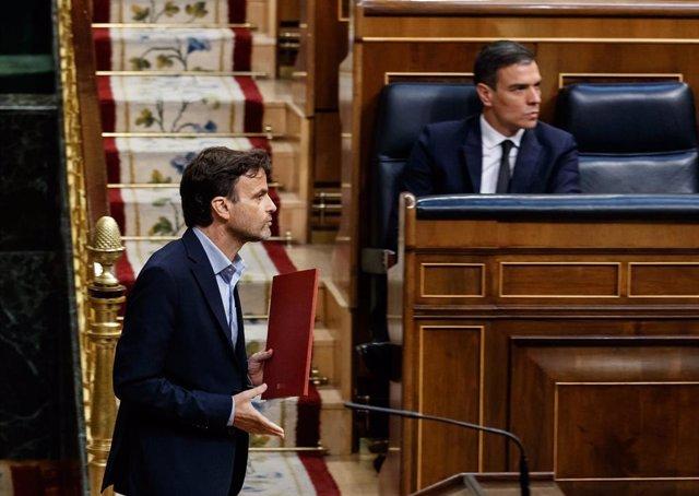 El diputado de Unidas Podemos, Jaume Asens (i), pasa por delante del presidente del Gobierno, Pedro Sánchez, en una imagen en el Pleno del Congreso