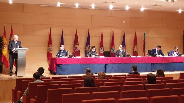 El presidente del Consejo de Cámaras de Comercio de CyL, Antonio Miguel Méndez Pozo, presenta las medidas que proponen a los grupos parlamentarios en un acto en las Cortes.