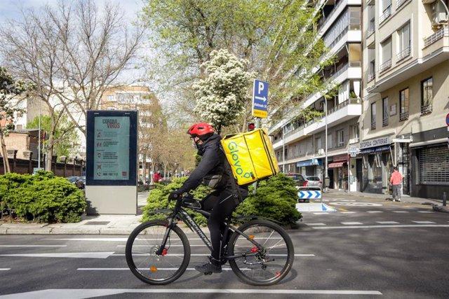 Un 'rider' de Glovo recorre las calles de Madrid (España), a 5 de abril de 2020.