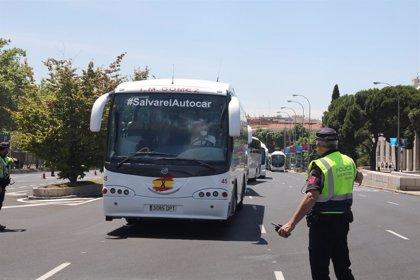 El autobús turístico y escolar vuelve a movilizarse este viernes en demanda de ayudas