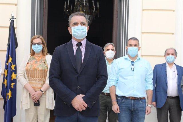 El delegado del Gobierno en Madrid, José Manuel Franco, guarda un minuto de silencio junto con algunos miembros de la delegación en señal de memoria y reconocimiento hacia las víctimas del coronavirus en España.