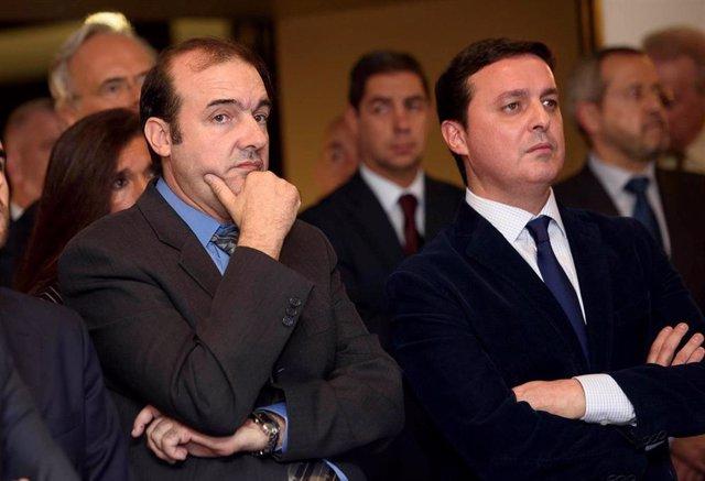 Enrique Iznaola junto al presidente de la Diputación, Javier Aureliano García