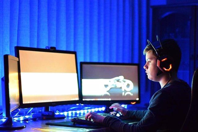 Recurso joven jugando a videojuegos en ordenador