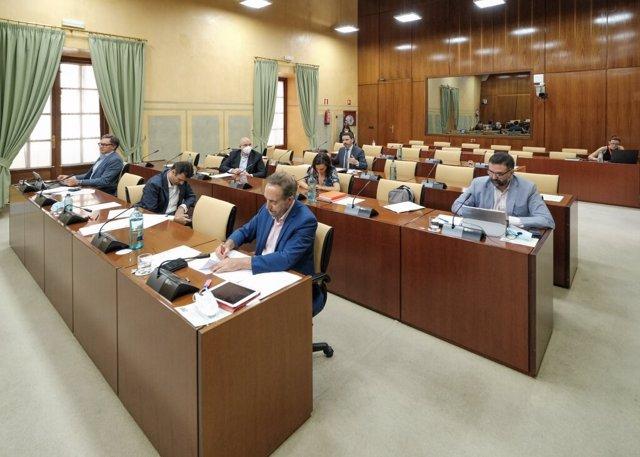 Diputados en la comisión parlamentaria de Turismo, Regeneración, Justicia y Administración Local