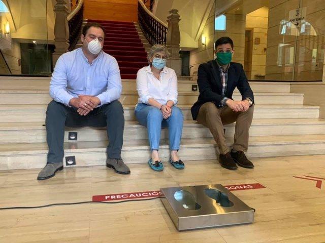 Presentación en el Ayuntamiento de Gijón de un prototipo para descontaminar las suelas de zapatos