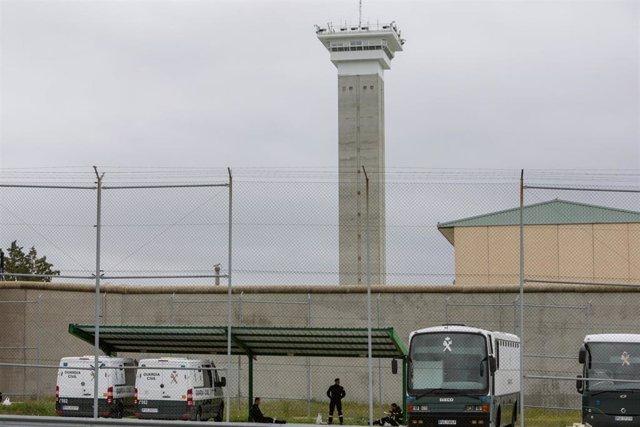 Furgones de la Guardia Civil aparcados en la Prisión de Soto del Real, en Madrid, durante el estado de alarma por el Covid-19