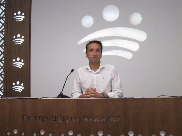 El vicepresidente primero de la Diputación de Badajoz, Ricardo CAbezas, en rueda de prensa sobre el Plan Diputación Suma +