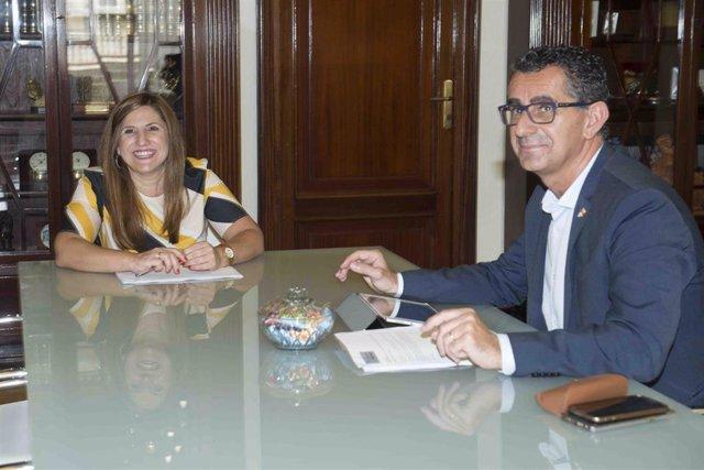 La presidenta de la Diputación de Cádiz, Irene García, en un encuentro con el alcalde de Barbate, Miguel Molina