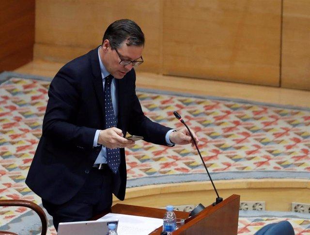El diputado del Partido Popular, Alfonso Serrano Sánchez-Capuchino, interviene en el pleno que la Asamblea celebra este jueves centrado en la petición de la Comunidad de Madrid de avanzar a la fase 1 de la desescalada, rechazada en dos ocasiones por el Mi