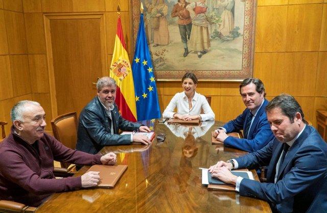 La ministra de Trabajo y Economía Social, Yolanda Díaz, junto a UGT, CCOO, CEOE y Cepyme