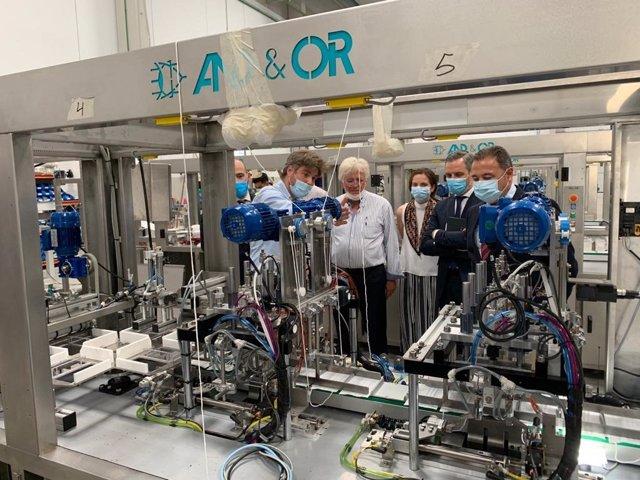 El consejero de Hacienda, Juan Bravo, este jueves durante su visita a la empresa sevillana And&Or, que acaba de diseñar una máquina que fabrica 120 mascarillas por minuto.
