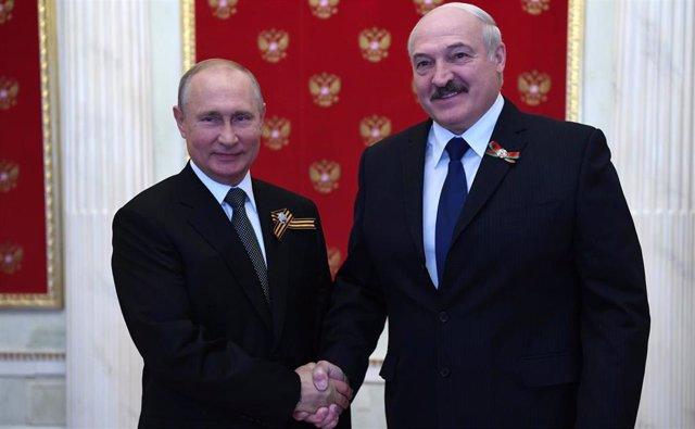 Vladimir Putin con Alexander Lukashenko en una reunión en Moscú el día del desfile de la Victoria
