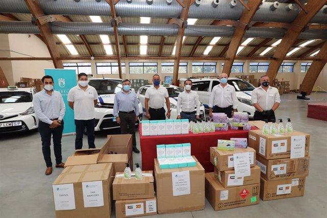 El Ayuntamiento de Marbella entrega al sector del taxi 350 kits de prevención donados por Emiratos Árabes