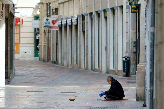 Personas sin hogar permanecen en la calle durante el estado de Alarma por el COVID-19..Málaga a 21 de abril del 2020