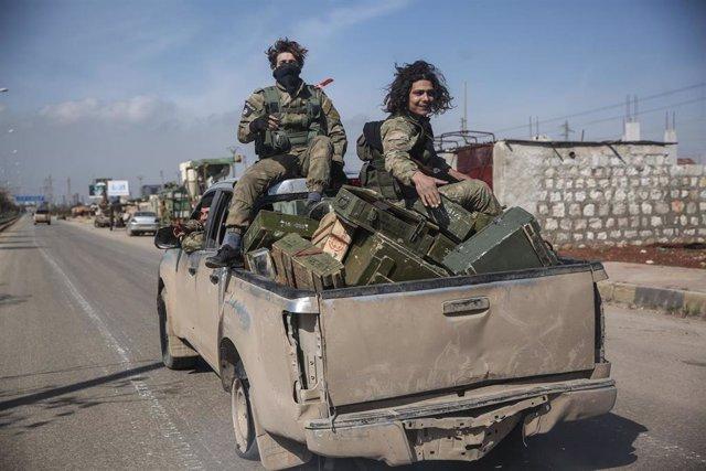 Rebeldes sirios tras la toma de la ciudad siria de Saraqib