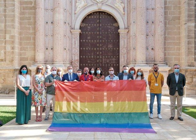 Acto de entrega de la bandera de la diversidad al Parlamento andaluz.
