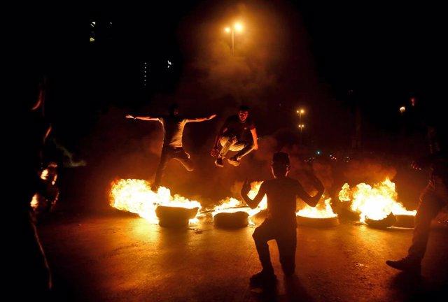 Una barricada con neumáticos en llamas en la capital de Líbano, Beirut, durante las protestas contra la crisis económica